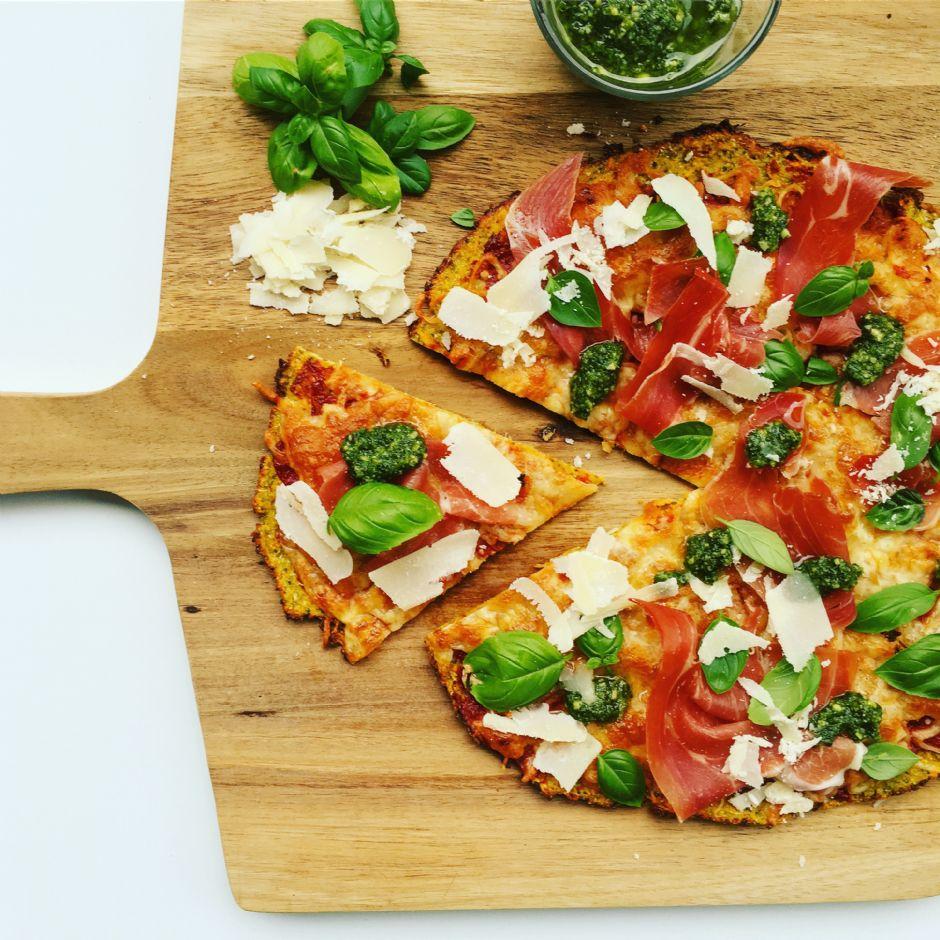 Pizza med bund af sød kartoffel og broccoli