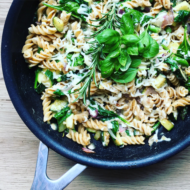 Pasta på panden med grønt og ost