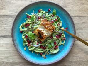 Squash pasta med avocadocreme og torsk
