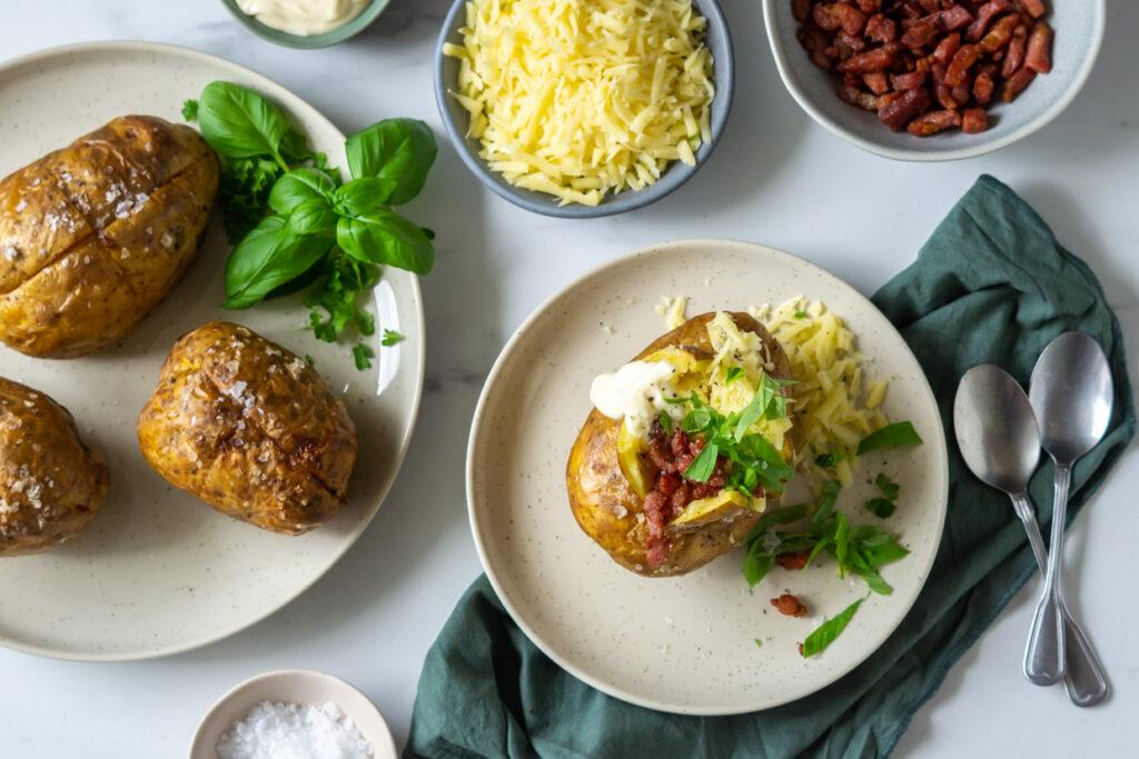 Bagte kartofler med bacon og ost
