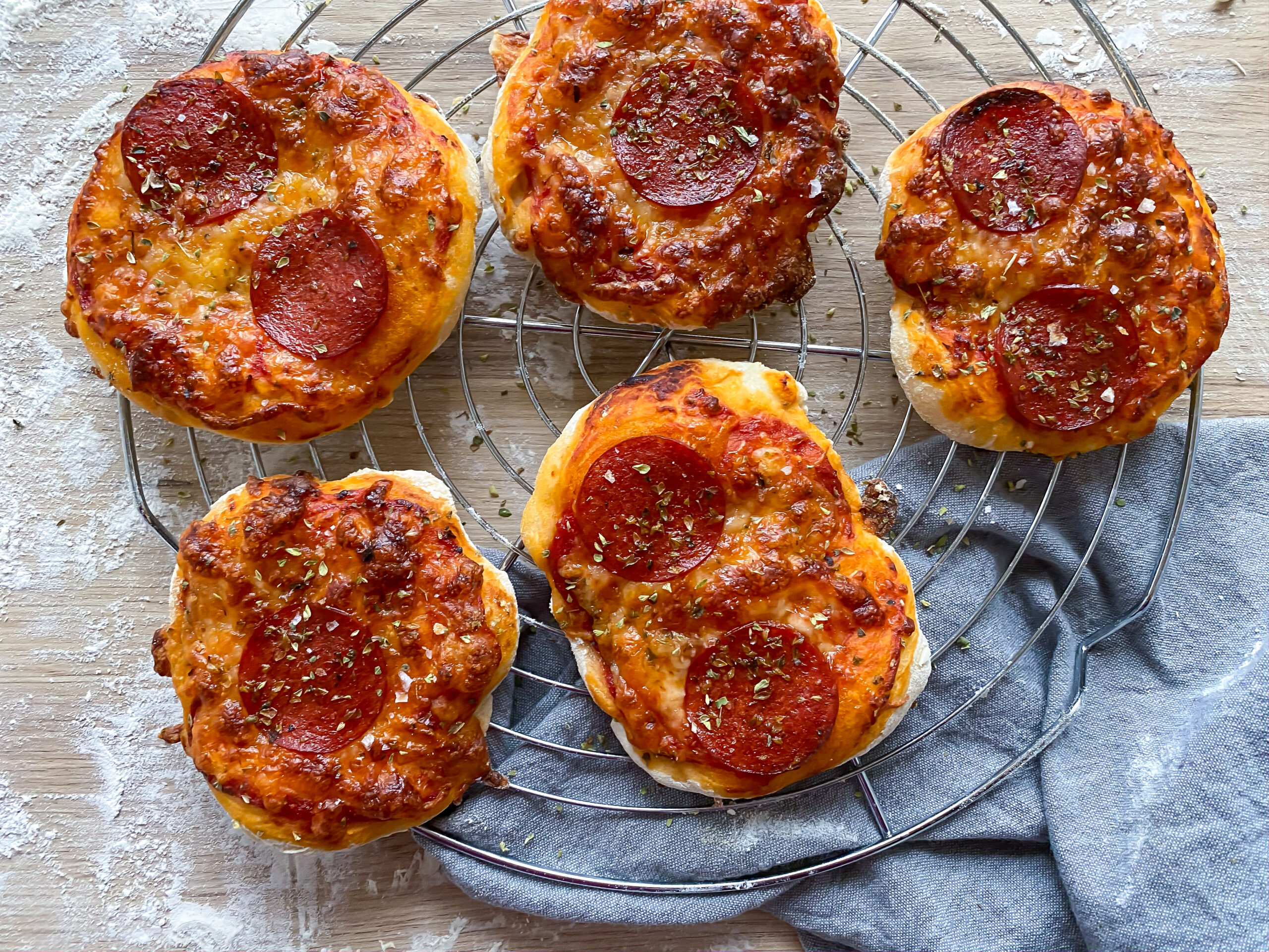 Mini pizza med tomat og ost