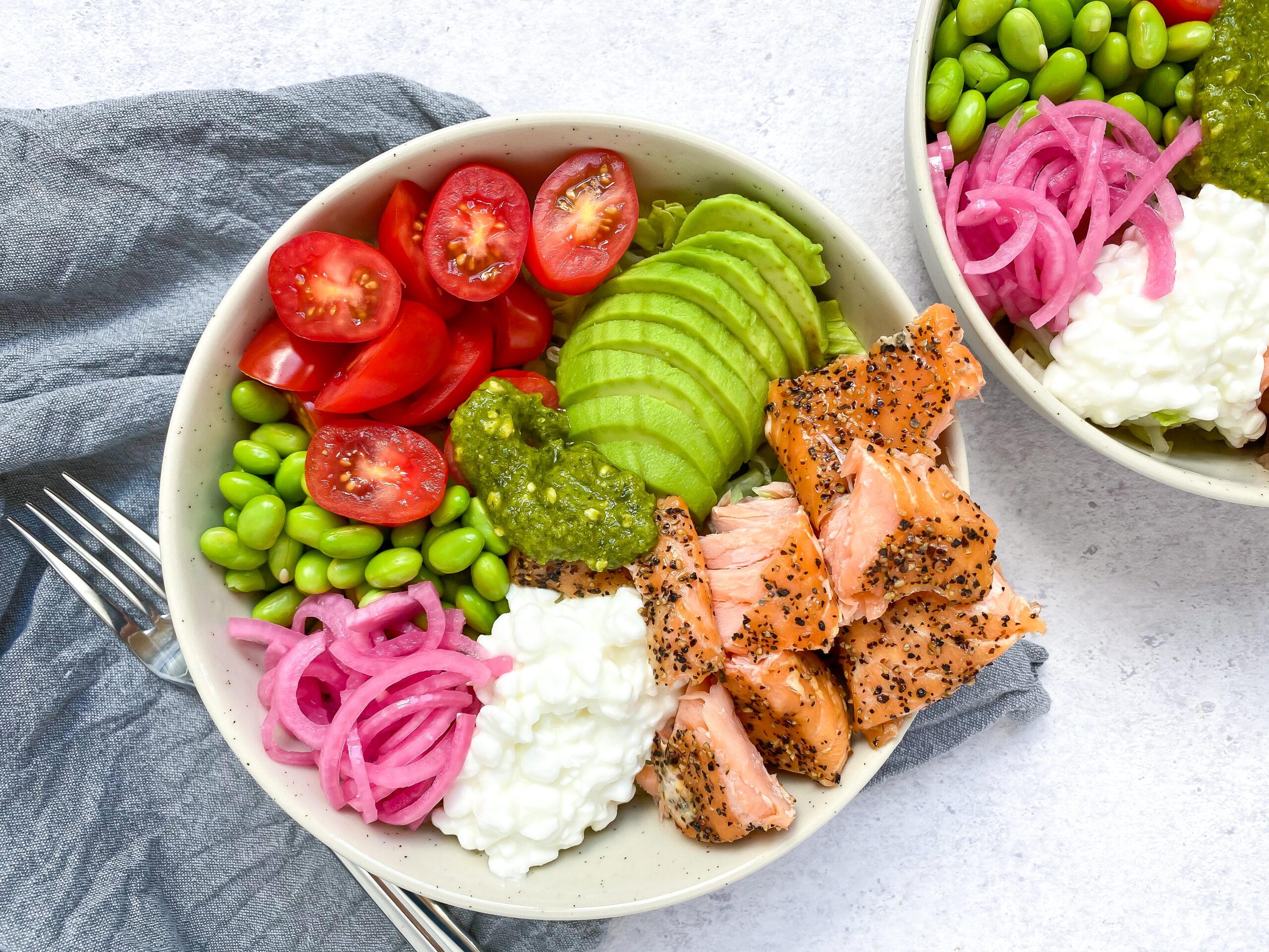 Salat bowls med varmrøget laks