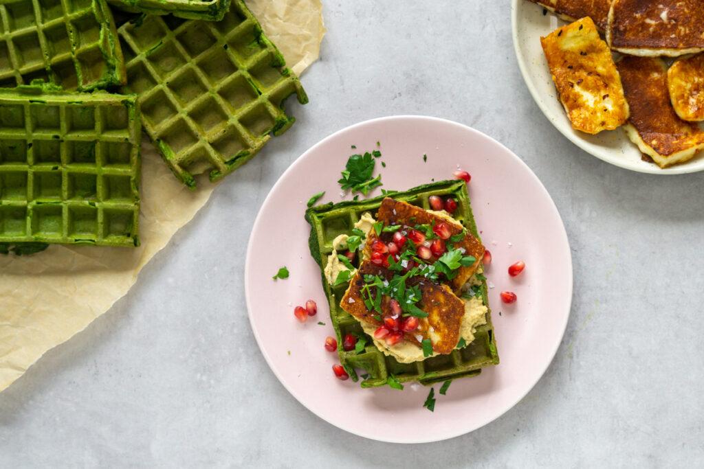 Spinatvafler med hummus og halloumi