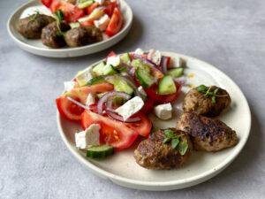 Köfte med salat og citron dressing