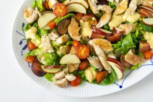 Salat med kylling og æbler